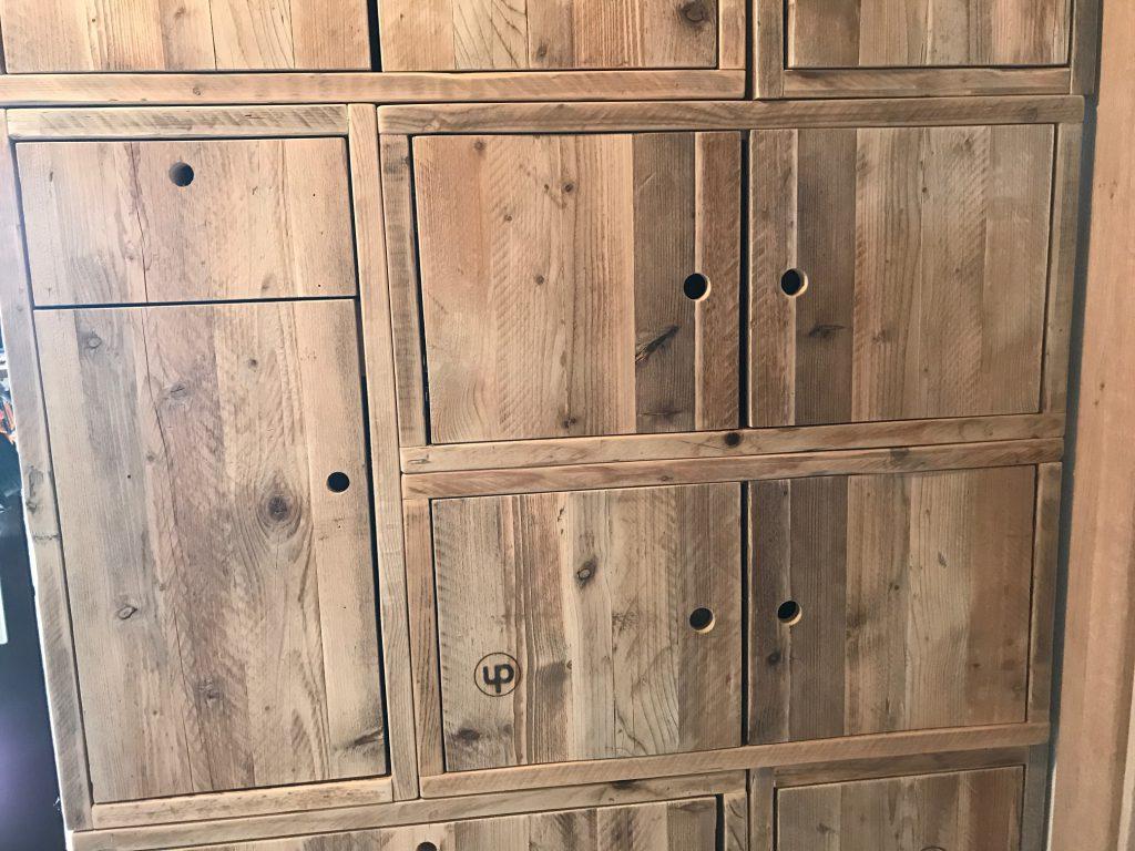 Aus Bauholz - Cubes mit Türen uns Schubladen